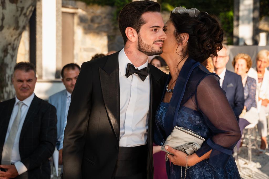 La mamma dello sposo bacia Alex