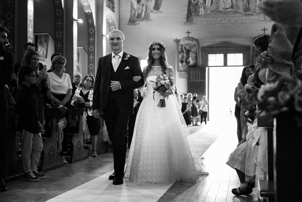 l'arrivo della sposa in chiesa con il padre matrimonio andrea e cristina milano