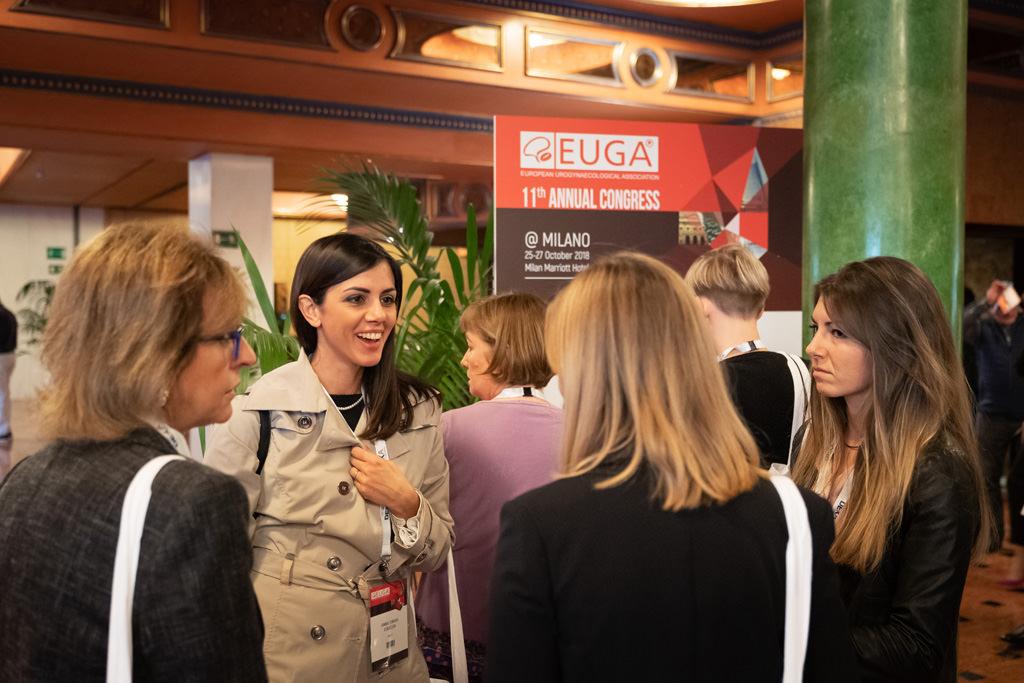 Alcune partecipanti s'intrattengono nella hall dell'hotel Mariotti, immortalate dal fotografo di meeting aziendali Della Savia