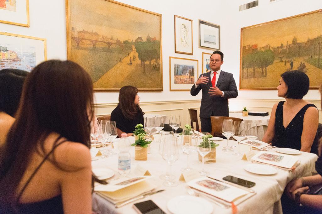 Uno dei componenti dell'azienda espone un discorso prima della cena aziendale documentata dal fotografo Alessandro Della Savia