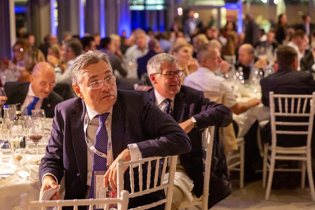 Gli invitati seguono con attenzione il discorso di chiusura della cena aziendale organizzata dall'EUGA