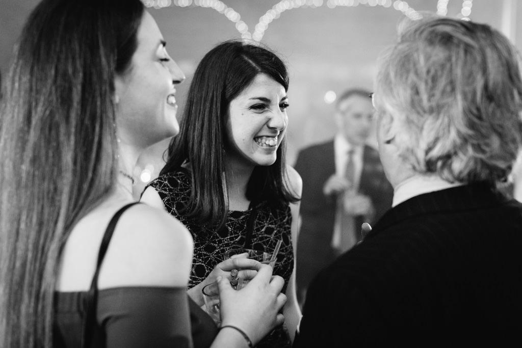 Le invitate s'intrattengono in lunghe conversazioni