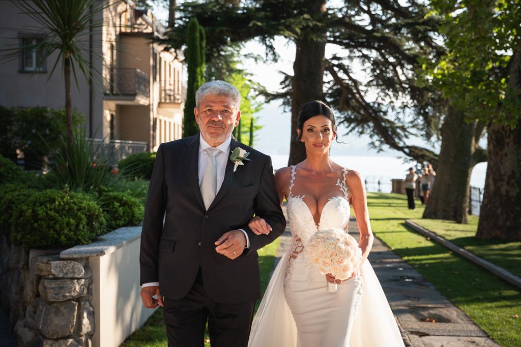 Il papà accompagna la sposa alla cerimonia