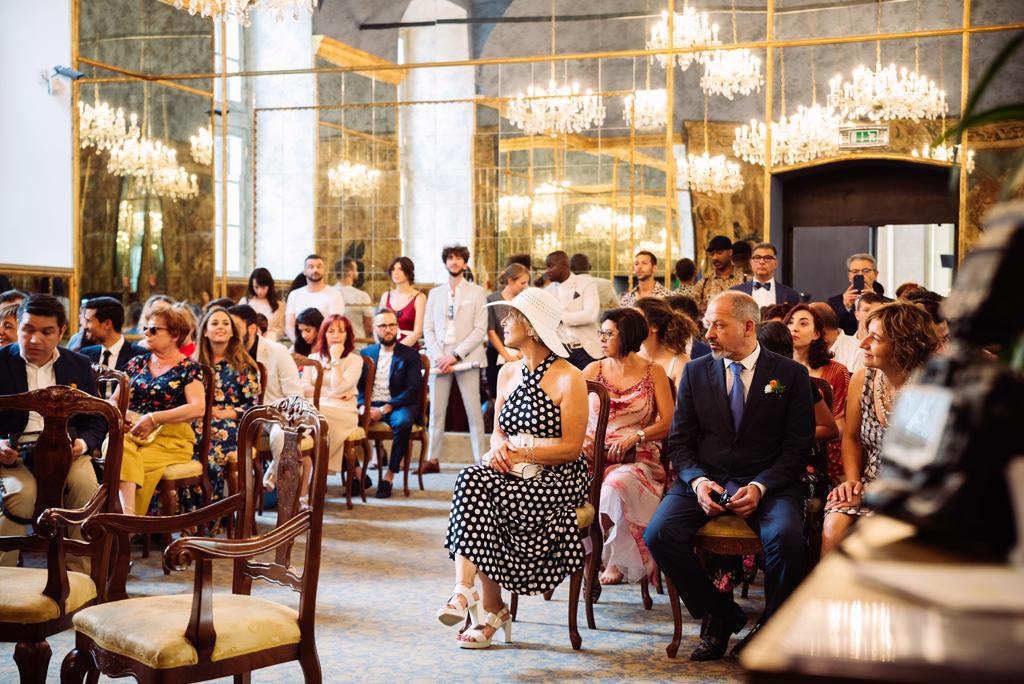 Gli invitati aspettano l'arrivo degli sposi alla cerimonia