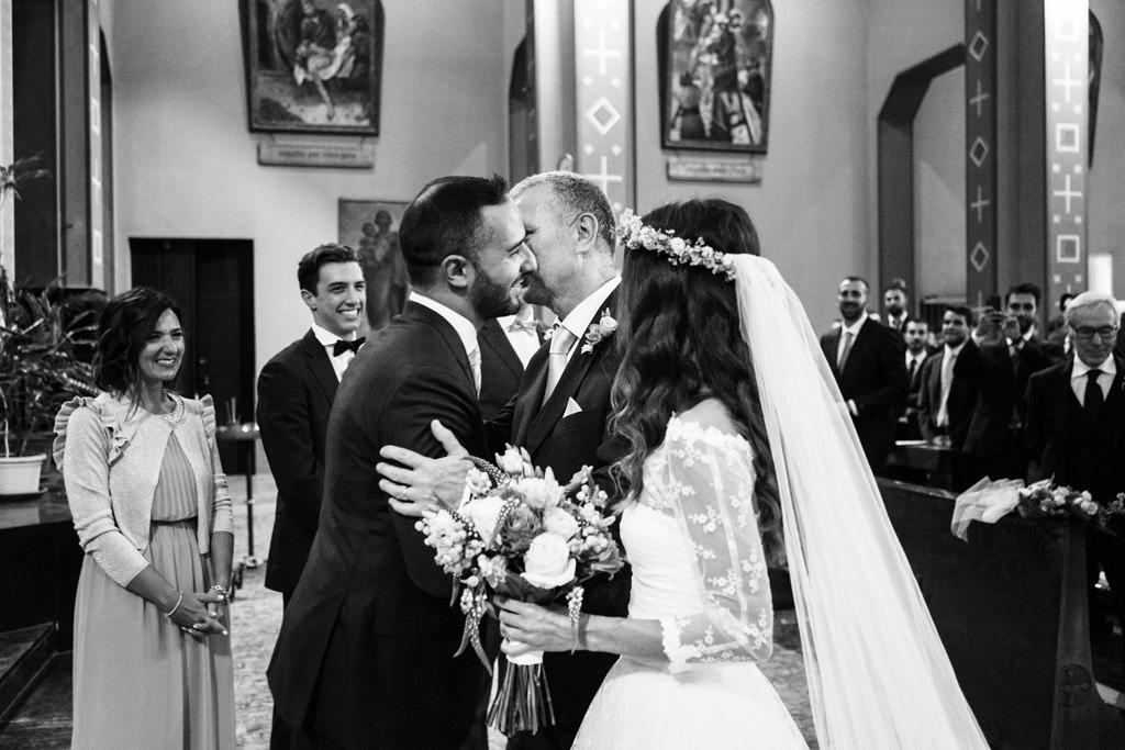 Il padre della sposa saluta lo sposo