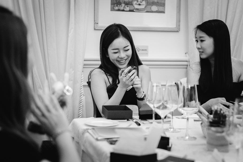Una bella invitata sorride davanti al regalo aziendale ritratta dal fotografo Alessandro Della Savia