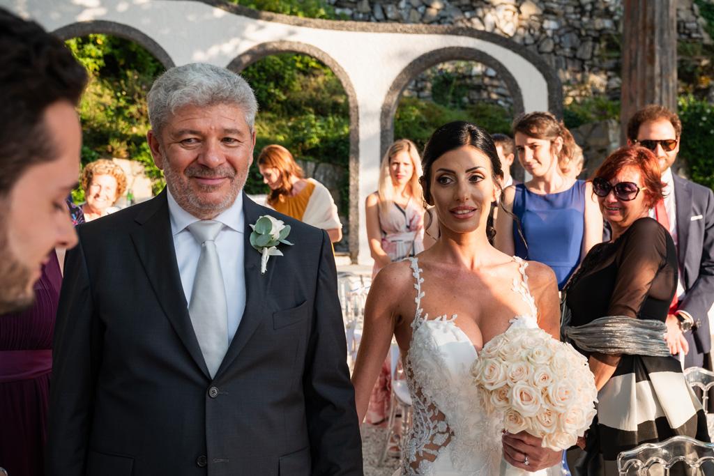 La sposa raggiunge lo sposo con il padre alla cerimonia