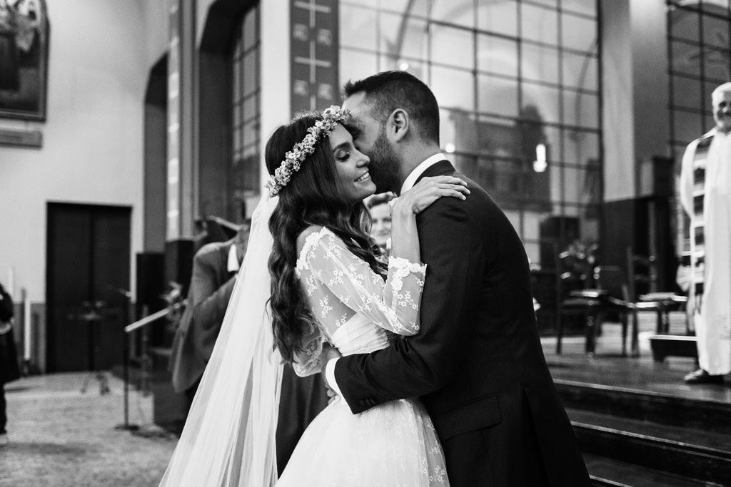 Gli sposi si abbracciano in cheisa