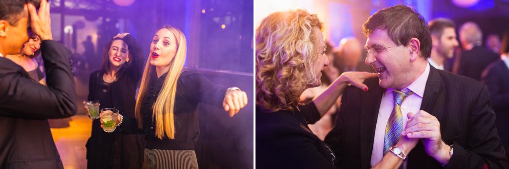 I partecipanti ballano scatenati sotto delle luci stroboscopiche viola in uno scatto di Della Savia, fotografo di feste aziendali