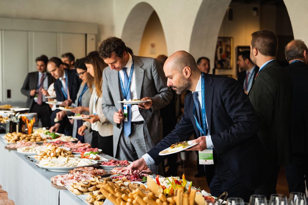 Gli invitati si ristorano con un rinfresco a seguito dei discorsi dei conferenzieri