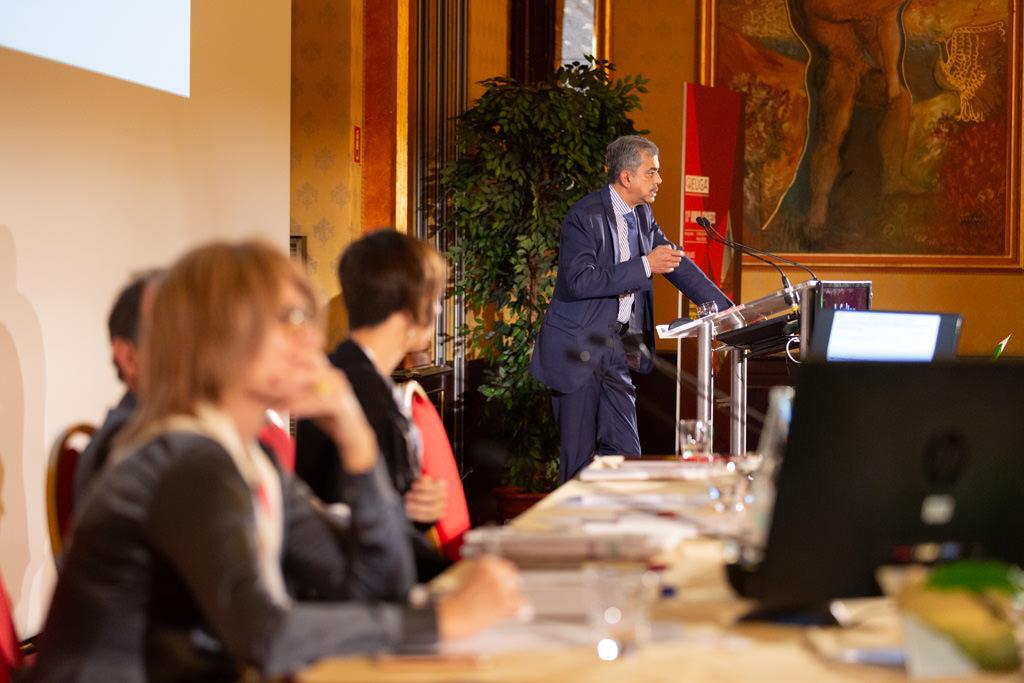 Un relatore espone i suoi prodotti innovativi ripreso dal fotografo di eventi e congressi Della Savia