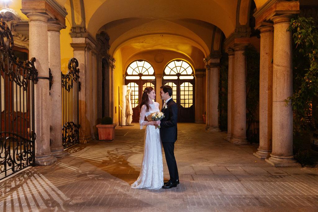 Gli sposi davanti a Palazzo Visconti a Milano