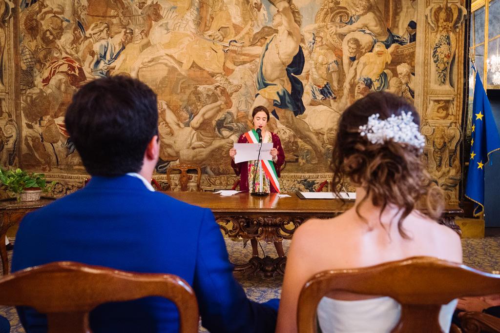 Gli sposi ascoltano la cerimonia