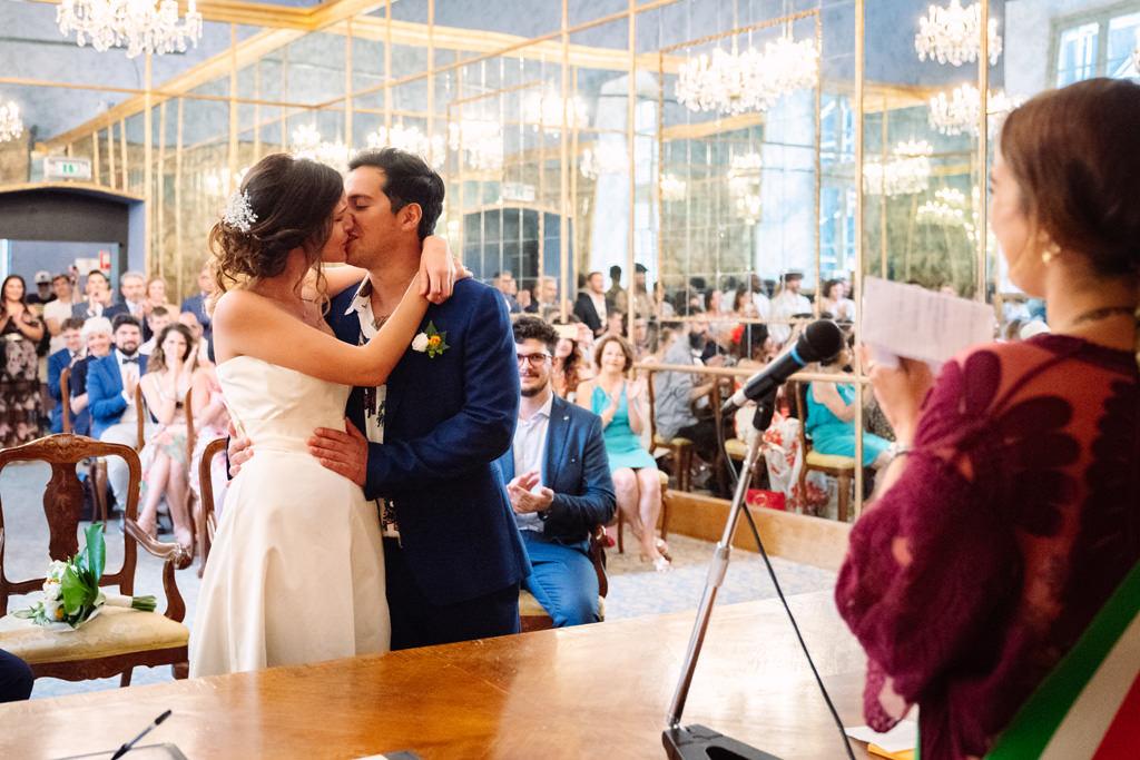 Gli sposi si baciano durante la cerimonia civile