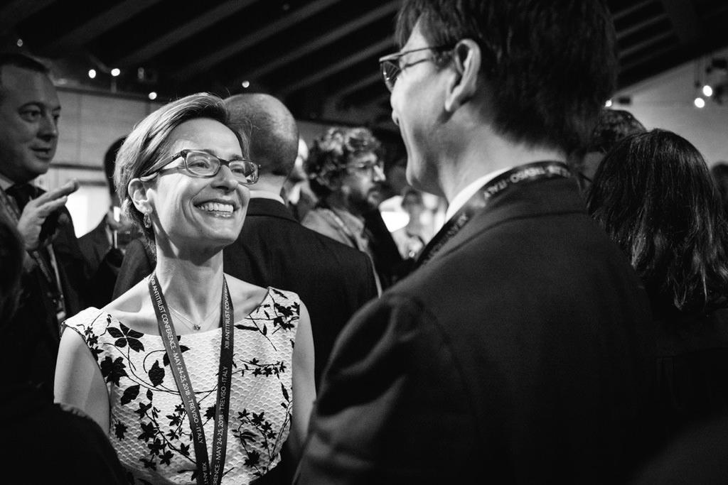 Un'invitata sorride raggiante dopo l'incontro di successo con i conferenzieri