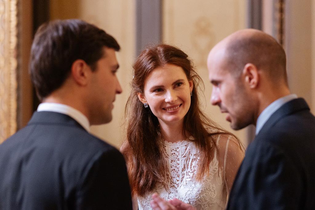 Gli sposi parlano con il fratello dello sposo durante il ricevimento
