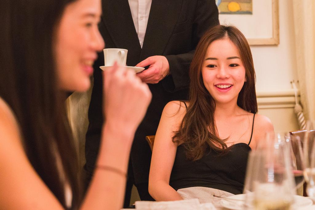 Le invitate sorridono gioiosamente durante la cena aziendale