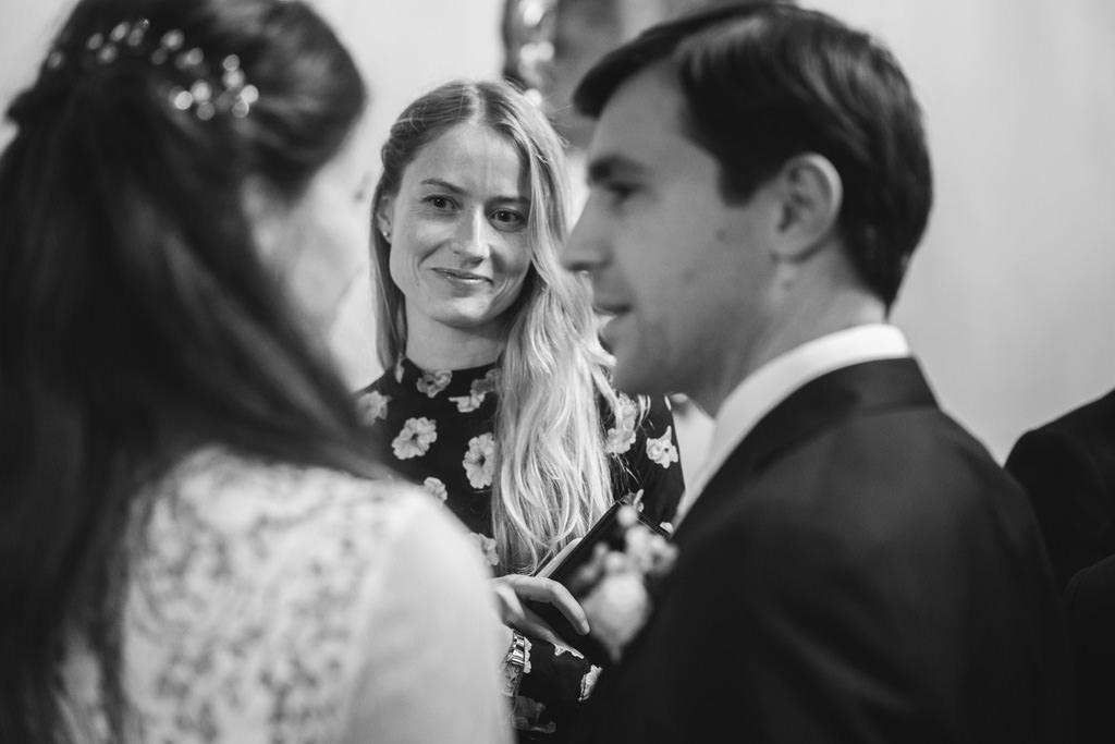 Gli sposi parlano con la damigella d'onore