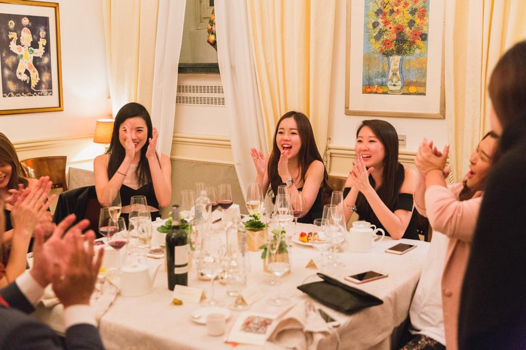 Le invitate applaudono gioiosamente la conclusione di una splendida giornata passata insieme ai colleghi, una fotografia scattata da Alessandro Della Savia