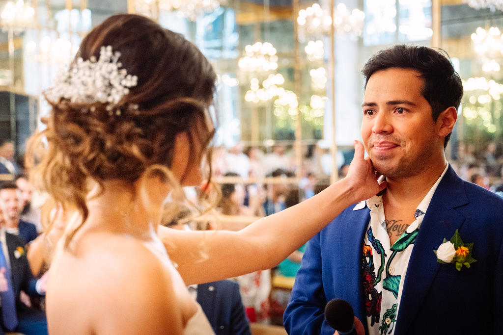 Lo sposo si commuove