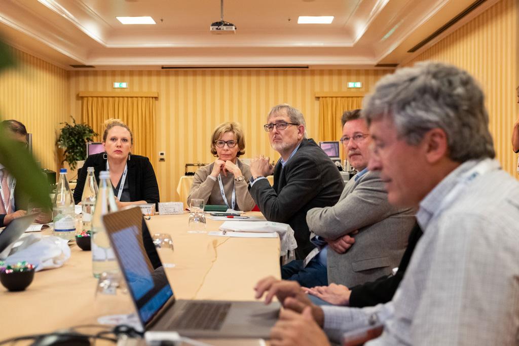Alcuni professionisti discutono di affari ripresi da Alessandro Della Savia, servizi fotografici per convention aziendali