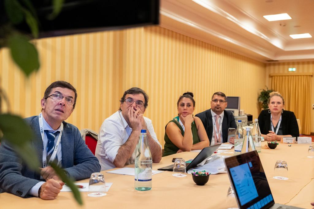 Alcuni professionisti conversano durante una riunione presso l'Hotel Mariotti, ripresa dal fotografo Alessandro Della Savia