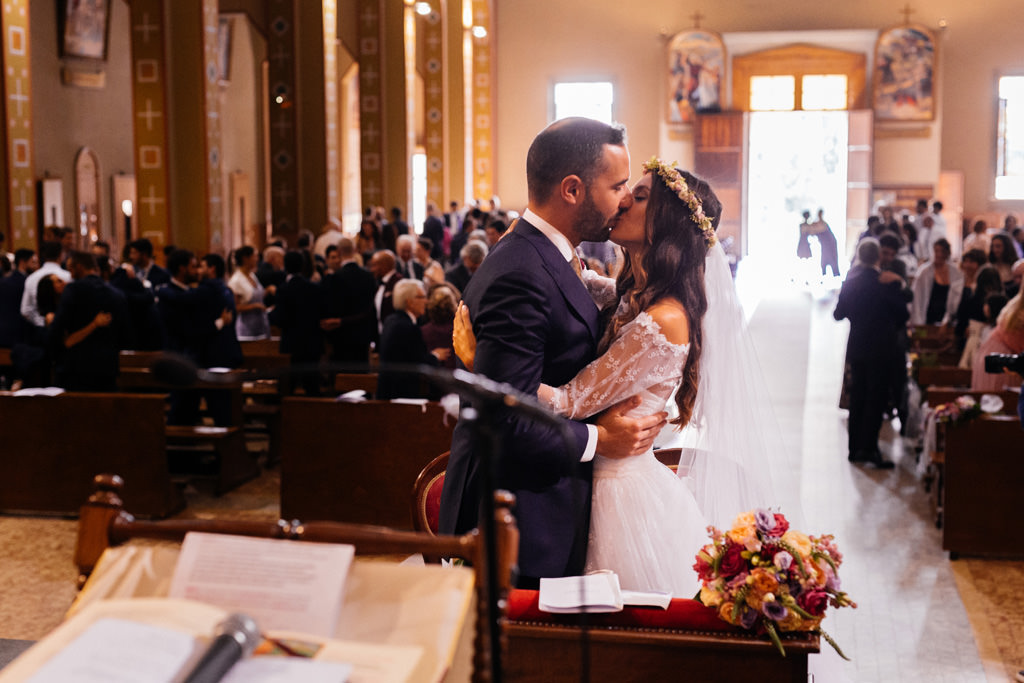 Bacio tra Cristina e Andrea in Chiesa