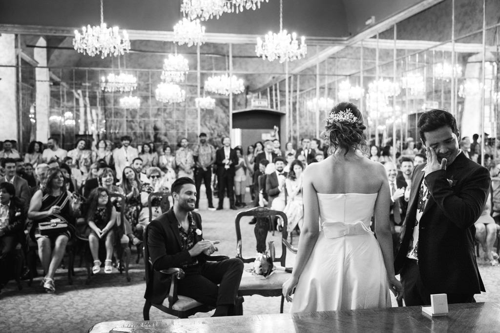 Lo sposo commosso dopo lo scambio delle fedi