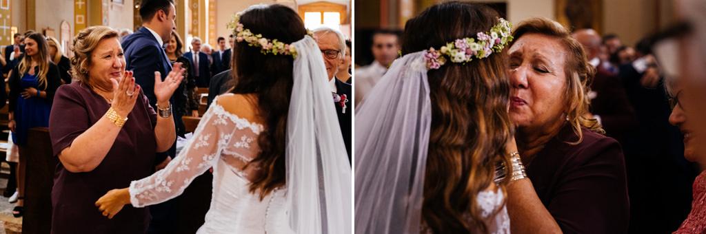 abbraccio cristina e mamma andrea chiesa milano matrimonio