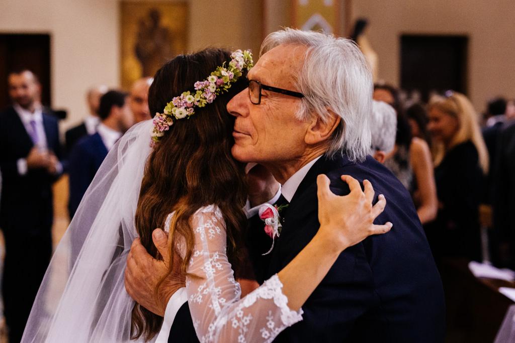 abbraccio cristina e papà matrimonio andrea e cristina chiesa milano