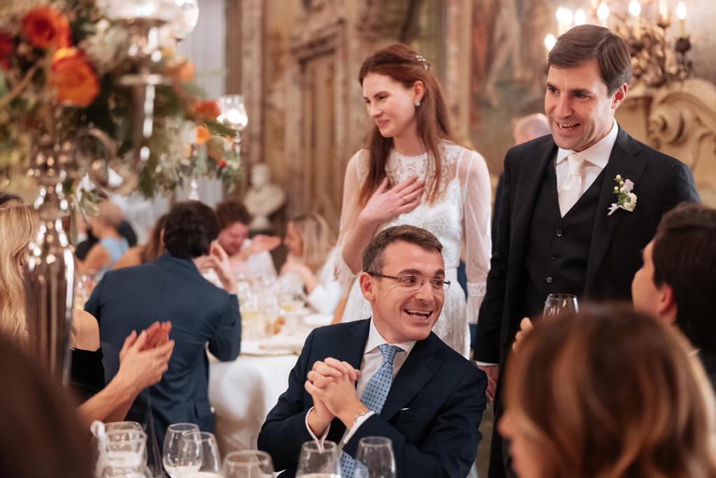 Gli sposi parlano con gli invitati durante il ricevimento