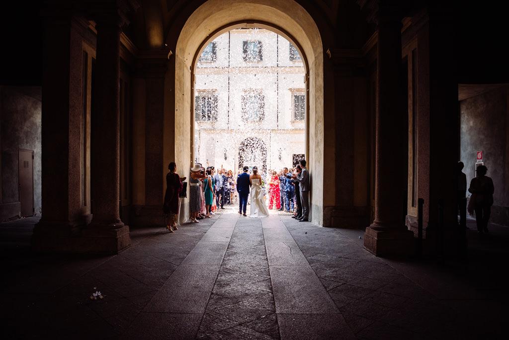 Gli sposi escono dal portico di Palazzo Reale