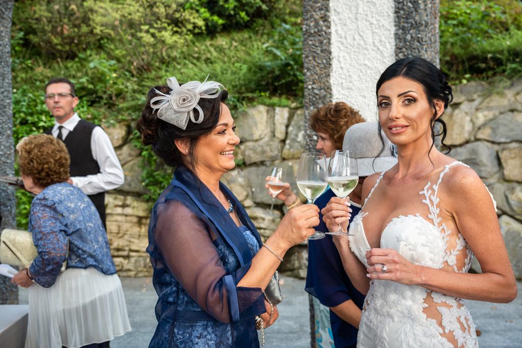 Brindisi tra la sposa e la mamma