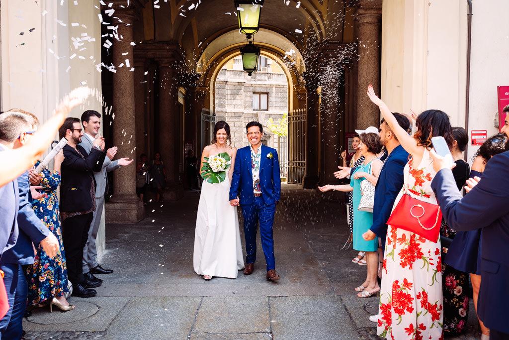 Gli invitati lanciano i coriandoli sugli sposi