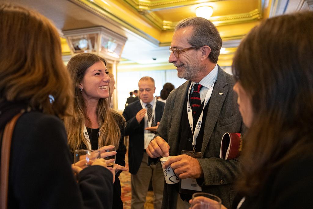I partecipanti discorrono di alcune idee innovative durante un aperitivo presso l'Hotel Mariotti