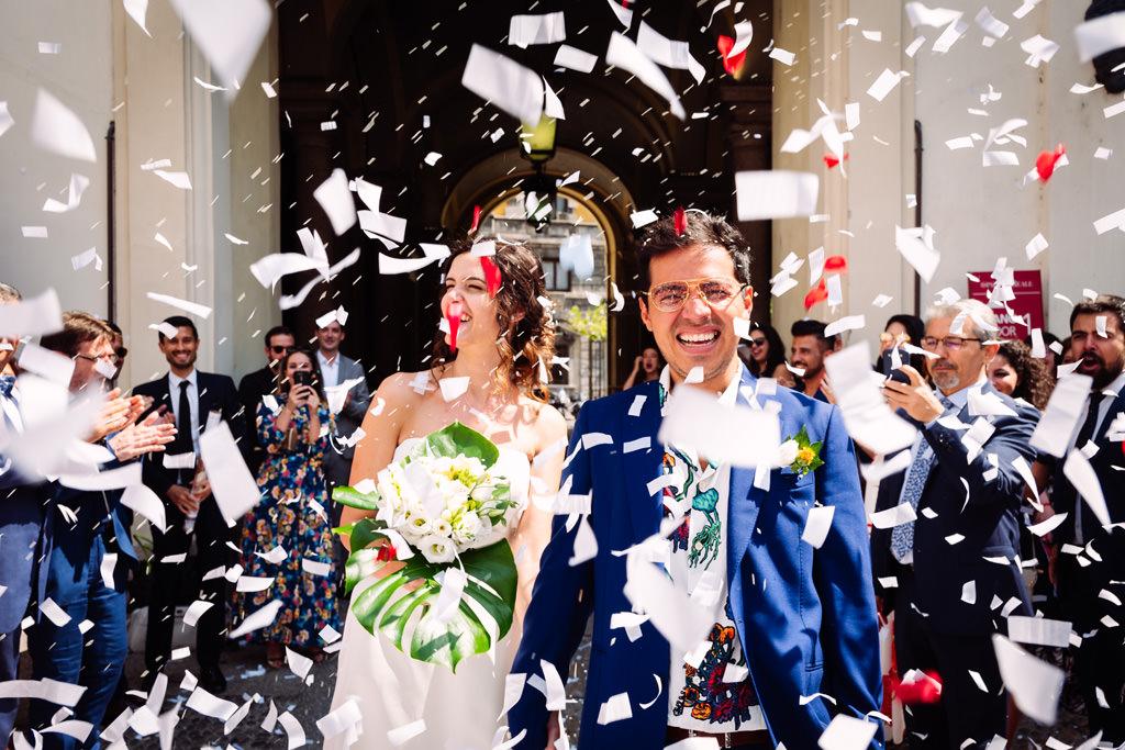 Gli sposi felici nei coriandoli