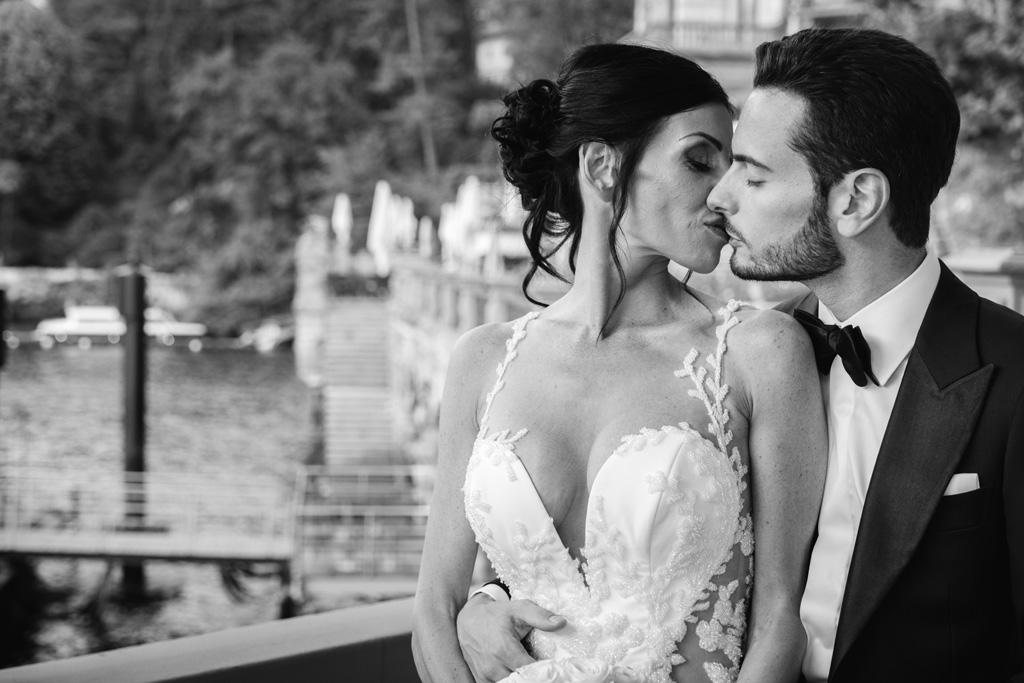 Il bacio degli sposi in bianco e nero sulla terrazza del Mandarin Oriental