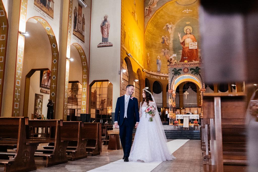 Gli sposi escono dalla chiesa dopo la cerimonia