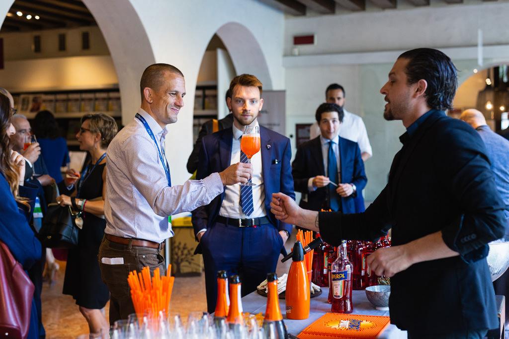Gli invitati brindano al successo del convegno Antitrust