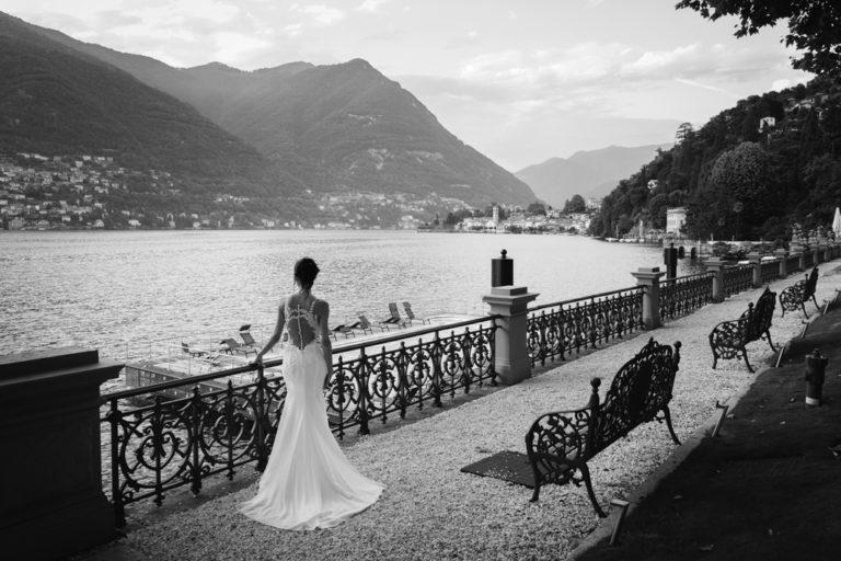 La sposa guarda il Lago di Como dalla bellissima terrazza del Mandarin Oriental