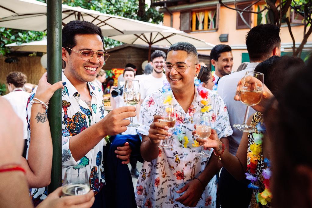 Lo sposo fa un brindisi con gli amici durante il ricevimento alla Casa dei Ciliegi a Milano