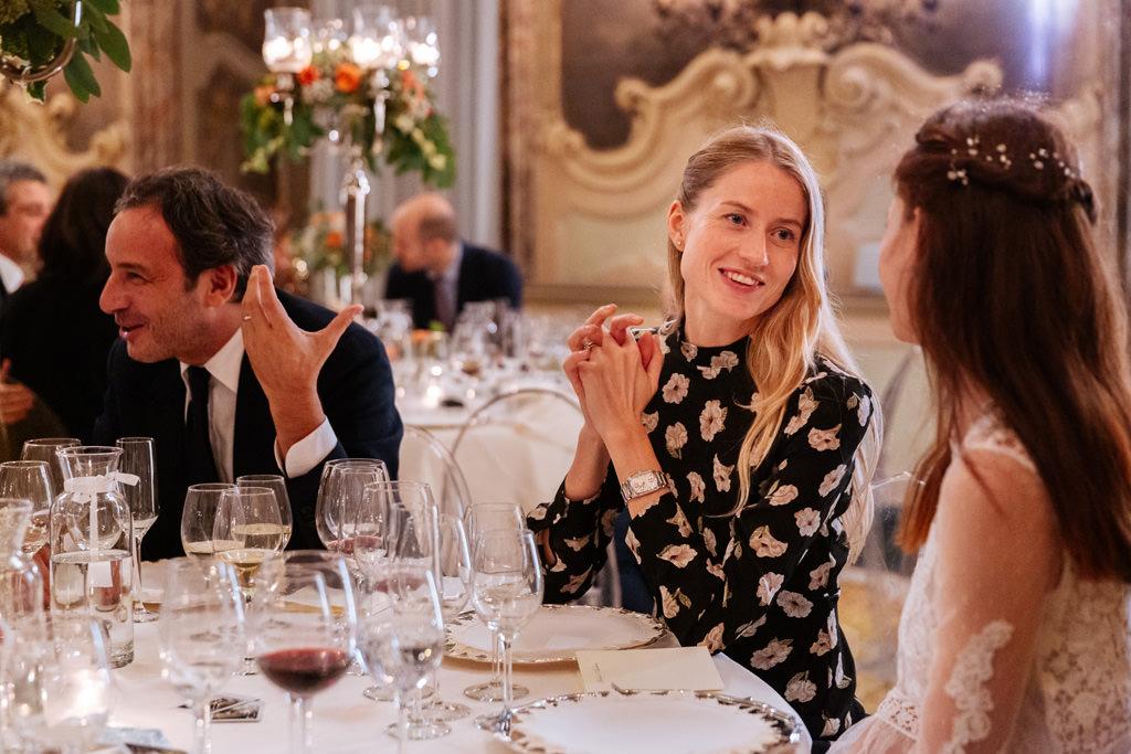La sposa parla con la damigella d'onore al tavolo