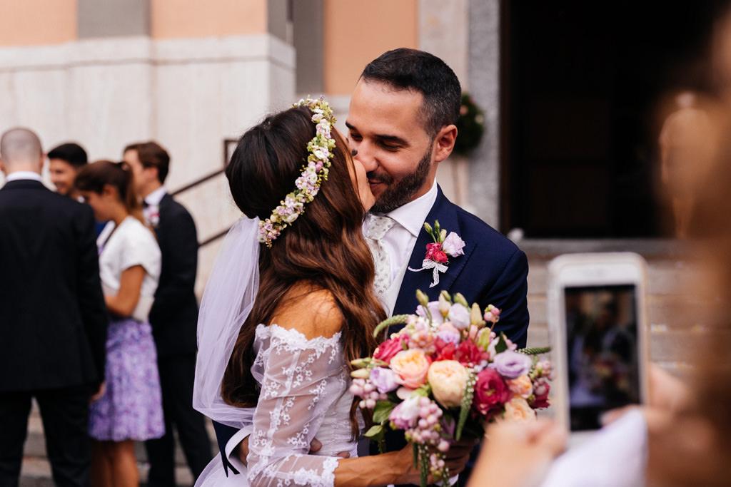 Foto con il cellulare agli sposi