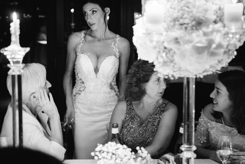 La sposa parla con gli invitati