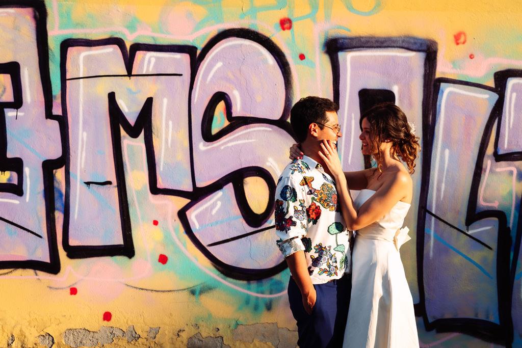 Foto di coppia con murales a Milano