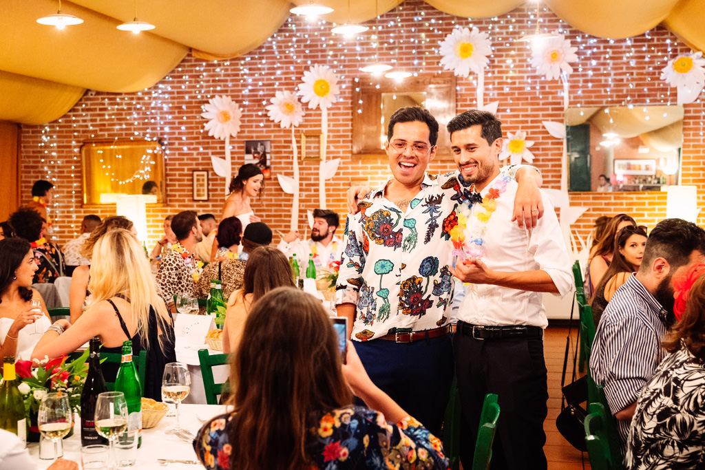 Lo sposo con gli amici al ricevimento alla Casa Dei Ciliegi a Milano