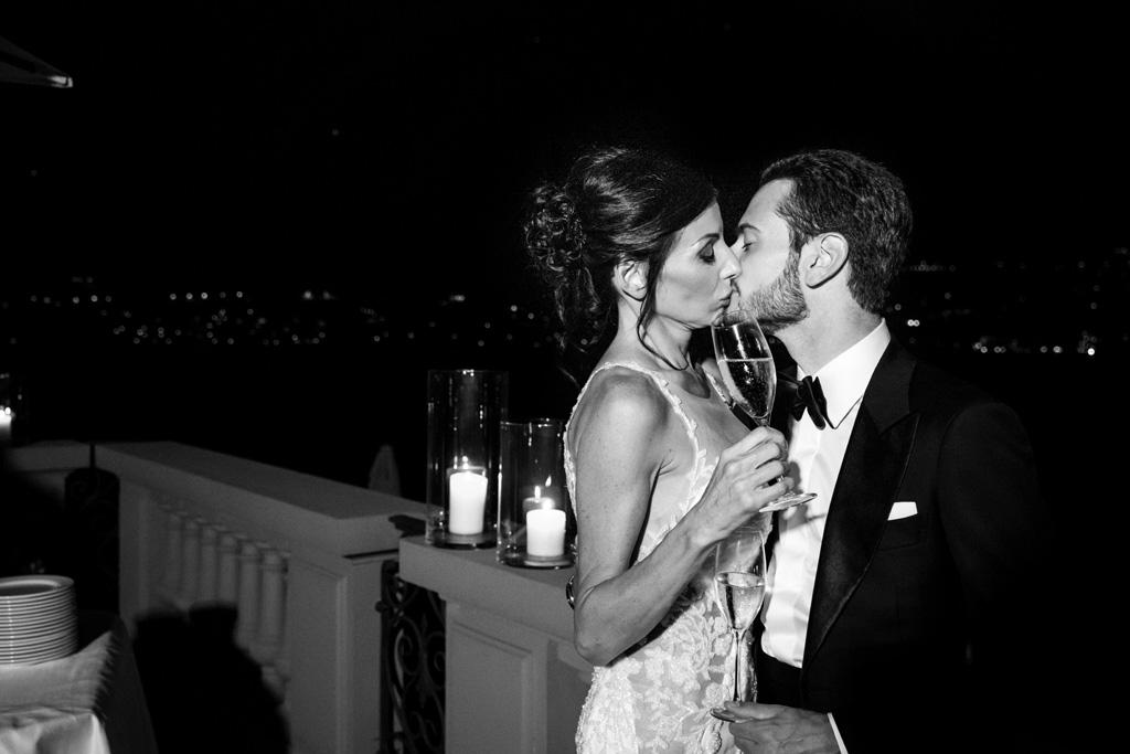 Bacio tra Alex e Nicoletta sulla terrazza del Mandarin Oriental sul Lago di Como