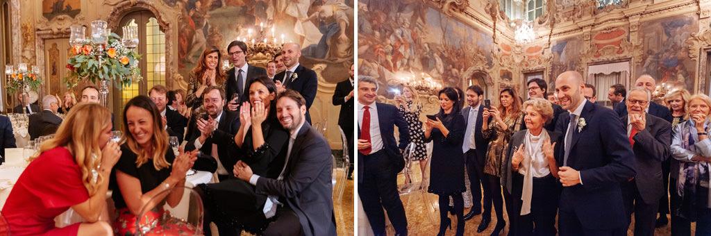 Tutti gli invitati applaudono al taglio della torta degli sposi