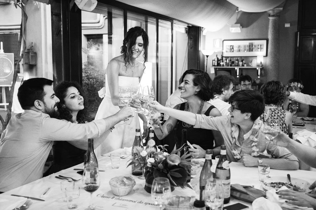 brindisi sposa amici bianco e nero ricevimento casa dei ciliegi - matrimonio luis e giovanna milano