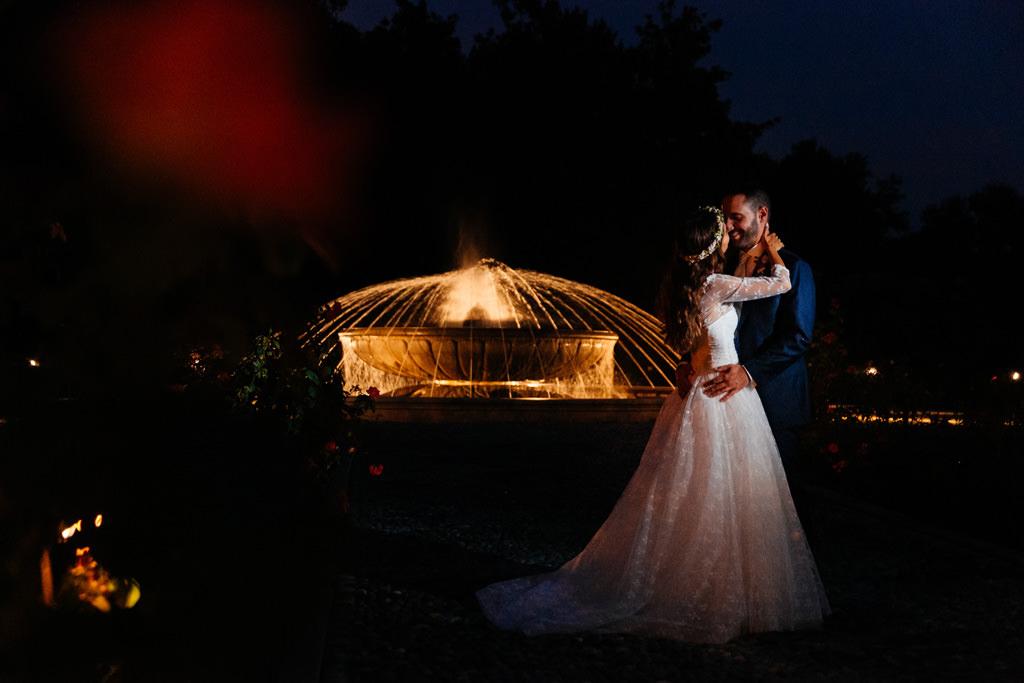 Foto di coppia vicino alla fontana di notte